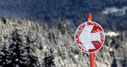 Winterlandschaft mit Wegweiser