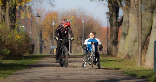Rad- und Handbikefahrer gemeinsam unterwegs auf dem Unstrut-Radweg