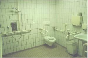 Barrierefreies Bad mit Krankenhausatmosphäre