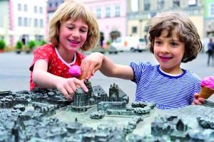 Kinder am Tastmodell der Erfurter Altstadt