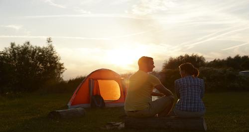 Zelt in der untergehenden Sonne