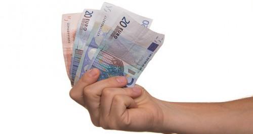 Hand mit Geld zur Förderung