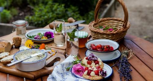 Holztisch mit leckeren Speisen