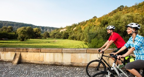 Radfahrer auf einer Brücke in grüner Landschaft Thüringens