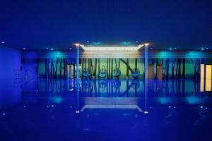 Schwimmbad mit Infinity-Überlaufrinne
