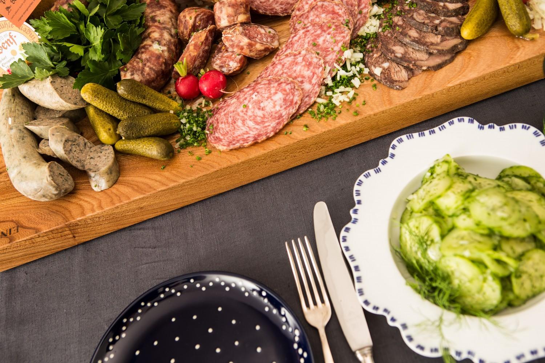Abendbrottisch mit Thüringer Porzellan und Eichsfelder Wurst
