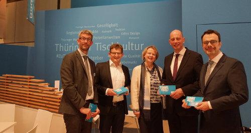 Übergabe der Broschüre 10 Argumente für den Tourismus an Minister Tiefensee auf der ITB 2017