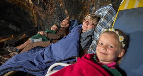 Familie im Heilstollen lächeln in die Kamera