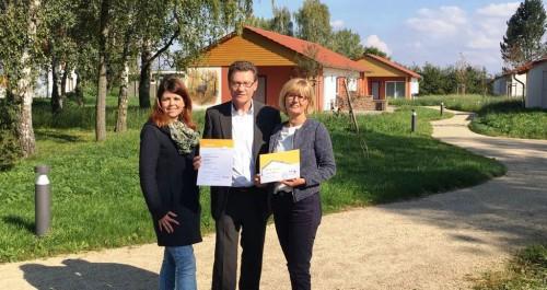 ) Theresa Menge (Welterberegion Wartburg Hainich e.V.), Jürgen Dawo und Cornelia Faske (beide vom WaldResort am Nationalpark Hainich) bei der Übergabe der DTV-Urkunden.