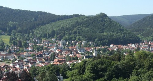 Blick auf den Luftkurort Friedrichroda, der in reizvoller Landschaft eingebettet, ganzjährig Anzeihungspunkt für Urlauber ist