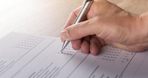 Befragung -schreibende Hand kreuzt an