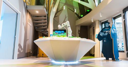 KUKA-Roboter im Showroom
