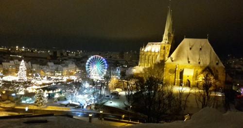 Blick auf den Erfurter Weihnachtsmarkt mit Riesenrad und Dom
