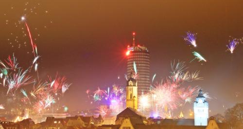 Feuerwerksraketen erhellen den Silvesterhimmel in Jena.