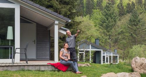 Ferienhaus Lichtung mit zwei Personen im Vordergrund im Thüringer Wald