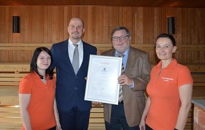 """Stolz wird die Rezertifizierungsurkunde 4-Sterne-Qualitätssiegel """"Sauna Selaktion"""" präsentiert"""