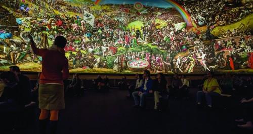 Gästeführerin zeigt das Panoramabild im Museum Bad Frankenhausen