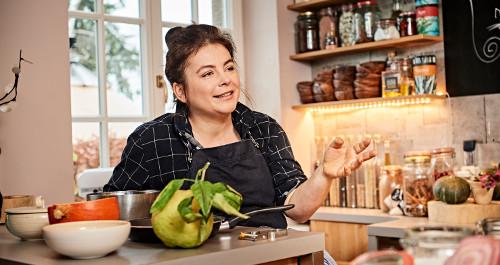 Sterneköchin Maria Groß sitzt in ihrer Küche und erzählt authentisch