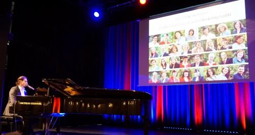 Pianist und Sänger auf der Bühne im Kaisersaal