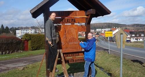 """Die Ortsschilder von Friedrichroda werden nun mit dem Zusatz """"Heilklimatischer Kurort"""" versehen."""