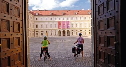 Radfahrer bestaunen das Schloss in Weimar