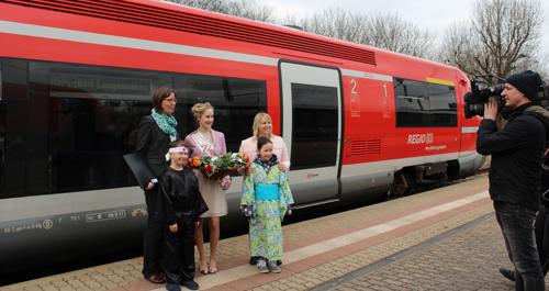 Yvonne Woelz (links) und Mandy Bergmann (rechts) werben bei der Vertragsunterzeichnung gemeinsam mit Rosenkönigin Luisa, Samurai Lennart und Sakura Leni für das 15. HANAMI Kirschblütenfest