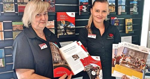 Broschüre Altenburg Tourismus präsentiert von Mitarbeiterinnen der Touristinformation