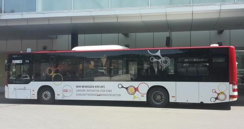 Bus steht am Busbahnhof