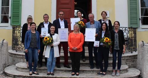 """Vor dem Friederikenschlösschen nahmen die ausgezeichneten Unternehmen ihr Zertifikat """"ServiceQualität Deutschland"""" entgegen."""