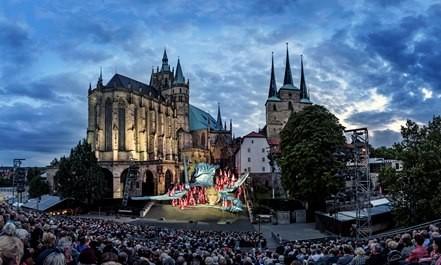 Erfurter Dom mit Bühne auf den Domstufen