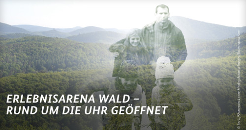 Familie im Wald und Schriftzug Erlebnisarena Wald-rund um die Uhr geöffnet