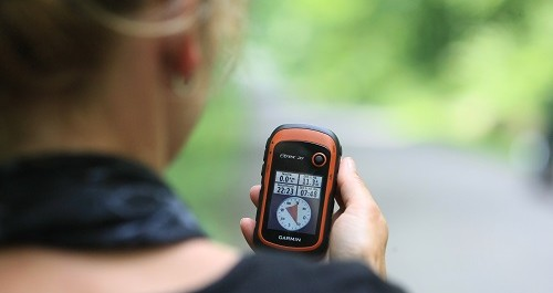 Eine Frau hält einen Kompass
