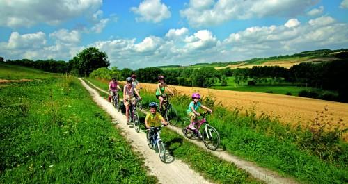 Radfahrer auf einem gut ausgebauten Radweg in Thüringen