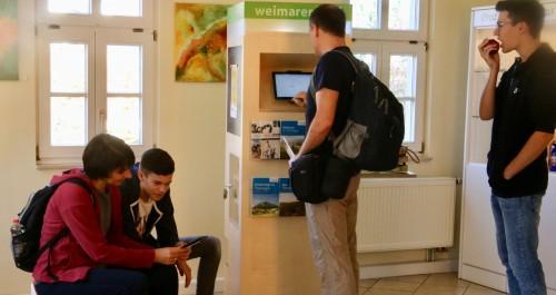 Gruppe junger Leute informiert sich über Thüringen