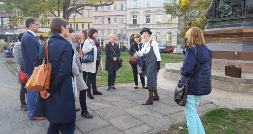 Stadtführerin spricht vor dem Lutherdenkmal in Eisenach