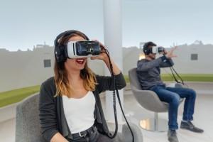 Mann und Frau schauen sich einen virtual reality Film an