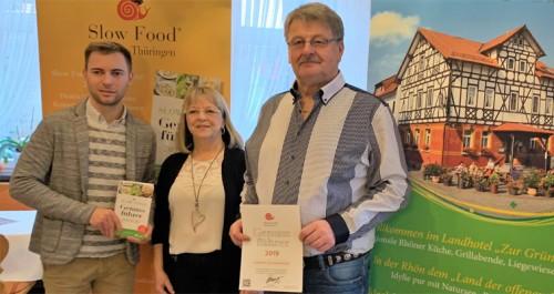Das Ehepaar Heidinger mit der Auszeichnung von Slowfood.