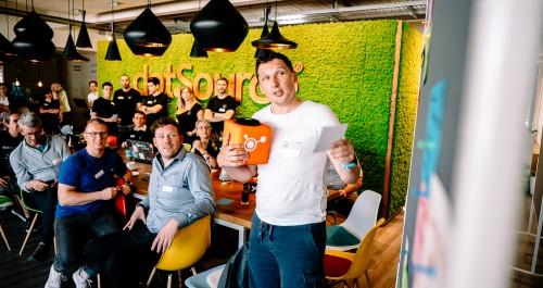 Team Sesamstraße stellt seine Idee beim ThüCAThon vor