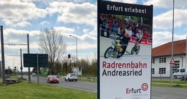 Neue Ortseingangstafel mit Erfurt-Motiven