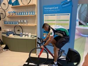 Ein Teammitglied der AOK PLUS auf dem Fahrrad-Simulator BKOOL