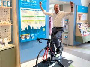 Wirtschaftsminister Wolfgang Tiefensee tritt in die Pedal