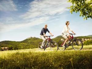 Radfahrer in Thüringen, im Hintergrund Blick auf die Wartburg