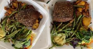 Gericht mit Fleisch und Bohnen in Einwegverpackung