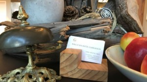 Komposition aus Stein Holz Metall mit Visitenkarte