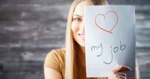 Junge Frau hält Blatt mit Aufschrift my job hoch