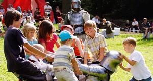 Thüringer Museumstage/ Kinder spielen mit einem Ritter