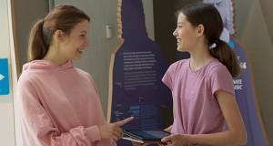zwei Mädchen in der digitalen Erlebniswelt