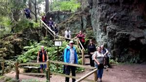Gruppe von Menschen stehen auf einer Treppe am Backofenloch/Felsformation bei Bad Tabarz
