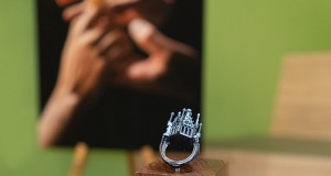 Das Bild zeigt die Replik des Erfurt Hochzeitsringes vor einem Foto mit dem Originalring.