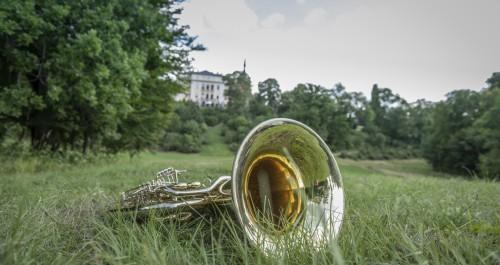 Weimarer Land Klänge sind in Ettersburg zu erleben. Eine Tuba liegt auf der Wiese vor dem Schloss Ettersburg